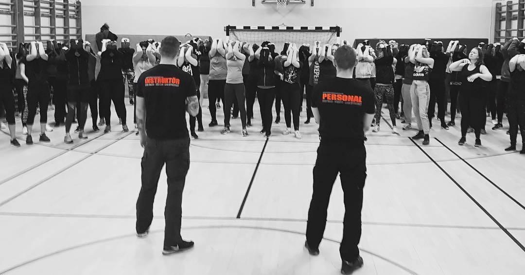 Gruppträning på Självförsvarsskolan som lär ut Krav Maga